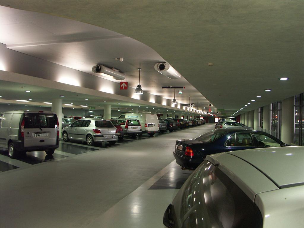 Hầm gửi xe hiện đại có camera giám sát và hệ thống phòng cháy 24/24